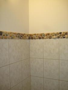 Kavics mozaik készítés saját kezűleg, fürdőszoba falburkolat