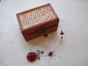 Fa ékszertartó doboz mozaik díszítéssel
